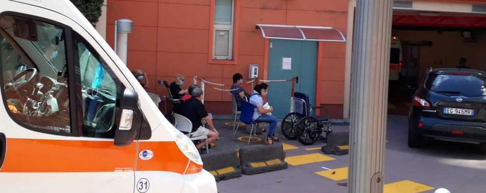 Lodi, visite al Pronto soccorso:  la sala d'attesa sotto il sole