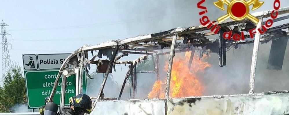 Pullmino a fuoco in Autosole, in salvo i dodici passeggeri