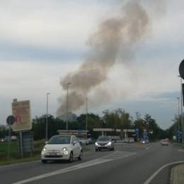 Aggiornamento - Un'alta colonna di fumo a Sant'Angelo. Brucia una officina VIDEO