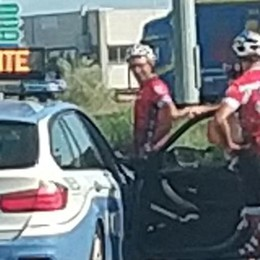 Ciclisti tamponano un furgoncino di Autostrade, due contusi alla rotonda di Zelo