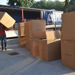 Consegnati i banchi e le sedie con le rotelle in vista della ripresa delle scuole VIDEO