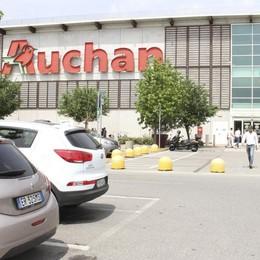 Esuberi all'ex Auchan di San Rocco, i lavoratori preparano la protesta