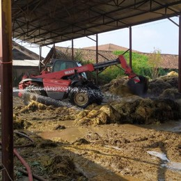 LODI Spento dopo una notte di lavoro il rogo di 500 rotoballe alla cascina Boccalera - FOTO E VIDEO