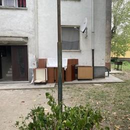 Sant'Angelo, rifiuti e incuria alle case Aler. Gli inquilini: «Situazione insostenibile»