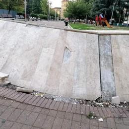 Vandalismi in piazza Italia, la fontana al centro del mirino