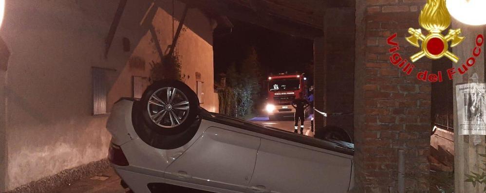Schianto nella notte a Cervignano, auto si ribalta e finisce in cascina