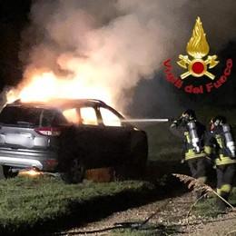 Auto in fiamme nella notte a Sant'Angelo