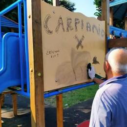 Carpiano, il sindaco ripulisce i giochi imbrattati