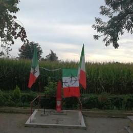 Croci celtiche sulla lapide di un partigiano lungo la strada tra Lodi e Lodi Vecchio