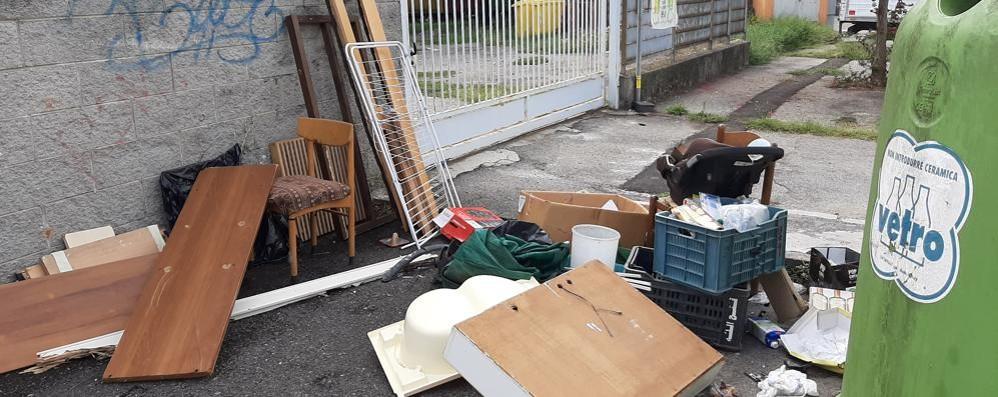 LODI «Una discarica all'ingresso di un asilo nido: è mai possibile che dobbiamo solo subire?»