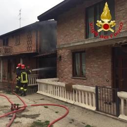 Rogo a Sant'Angelo, brucia il porticato di un'abitazione