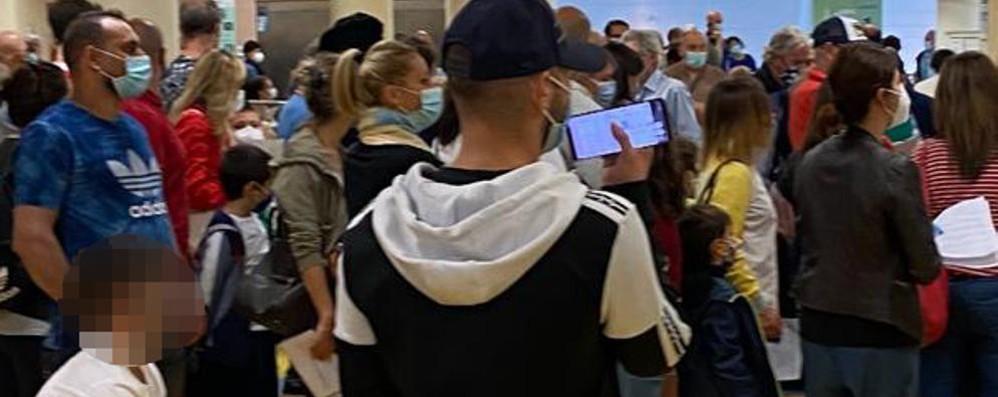 Grande folla al servizio di accesso diretto per effettuare il tampone