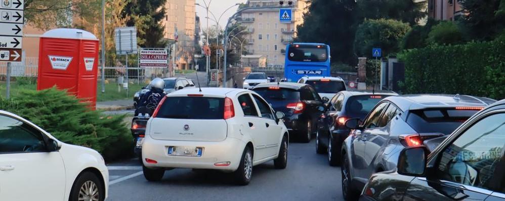 LODI Primo giorno di scuola e il traffico soffoca subito il centro storico
