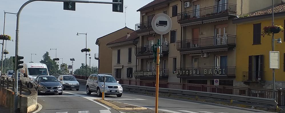 LODI Sul ponte e in città bassa viavai di mezzi pesanti. I residenti: «C'è il divieto, ora basta»