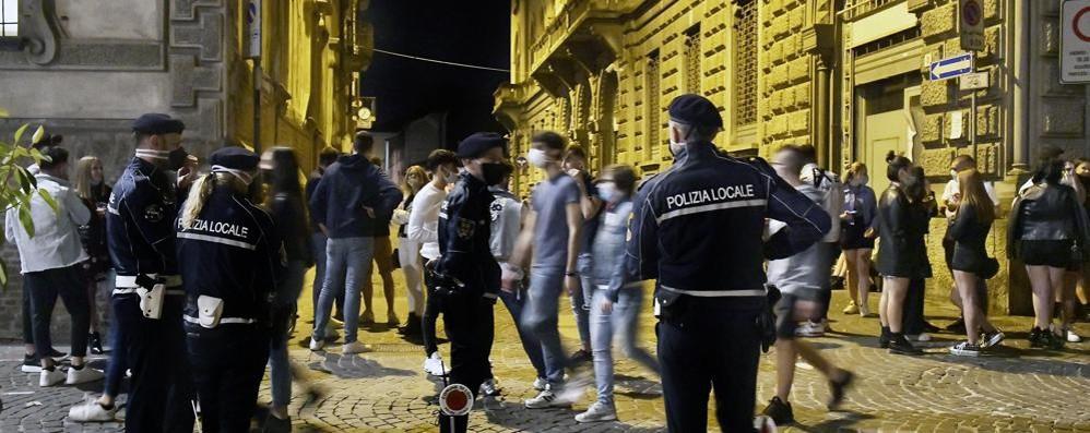 Rissa tra ragazzi ubriachi in centro storico: multati in 14 per la mascherina, Motta chiuso 7 giorni