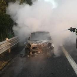 Scontro sull'Autosole, una Fiat Cinquecento distrutta dalle fiamme - VIDEO