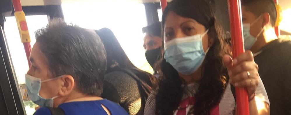 «Stipati come sardine sui bus»:  preoccupati i pendolari della Paullese