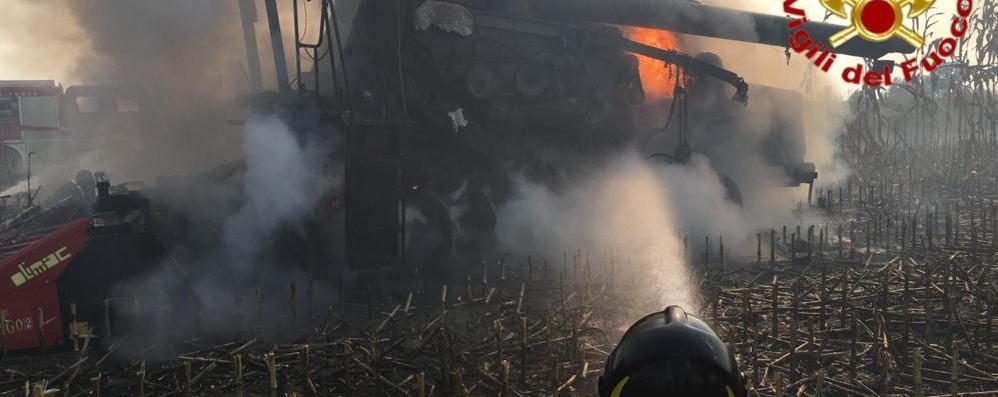 Una mietitrebbia in fiamme nei campi di Cavenago - VIDEO