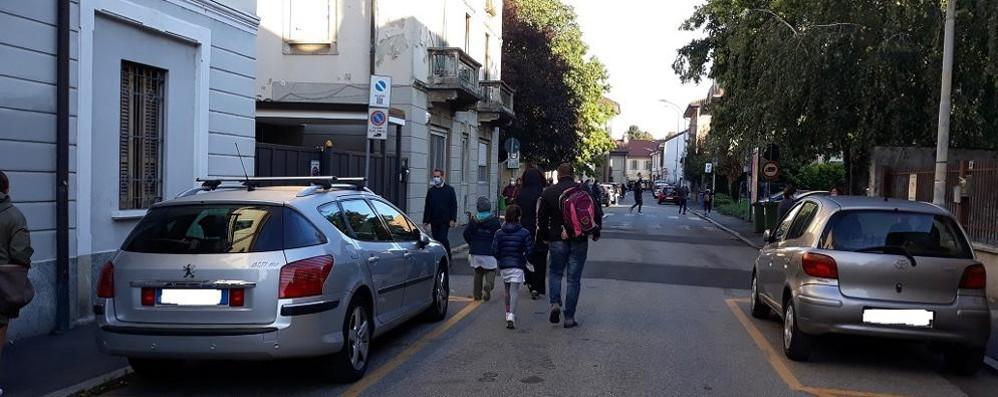 A Melegnano parte la strada scolastica davanti alla primaria di via Cadorna