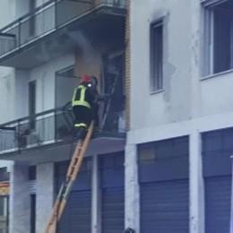 Brucia un appartamento a Torretta, evacuata un'intera palazzina - VIDEO