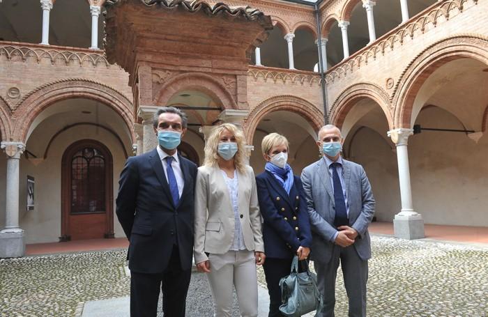 Fontana nel chiostro dell'ospedale vecchio con Annalista Malara, Laura Ricevuti e il direttore Gioia