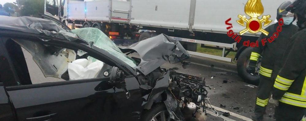 Violento schianto all'alba sulla via Emilia a Secugnago, ferito un 20enne