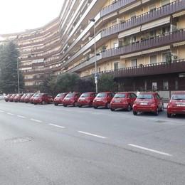 """Invasione di auto """"condivise"""" in via Morandi,  arrivano quaranta multe"""