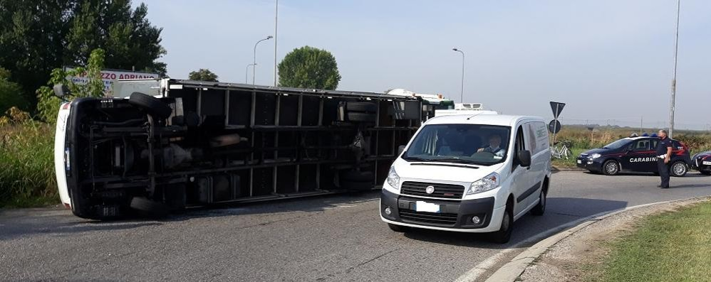 Tir si ribalta alla rotonda, traffico in tilt tra San Giuliano e Melegnano VIDEO E FOTO