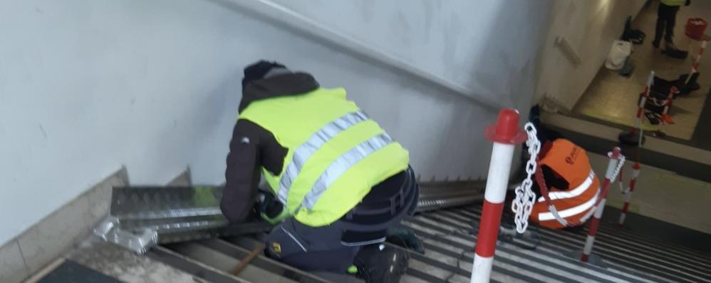 Casale, in stazione le canaline sulle scale per portare le biciclette sui binari