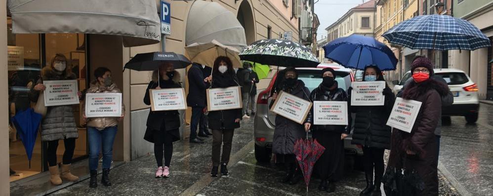 """Codogno, la """"protesta degli ombrelli"""" per dire basta alla zona rossa"""