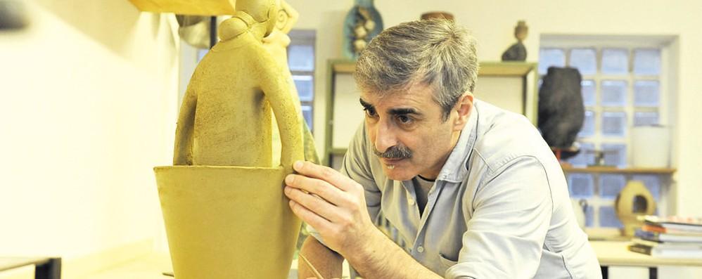 """Le """"mani intelligenti"""" di Tonino Negri: un premio all'artista-artigiano"""
