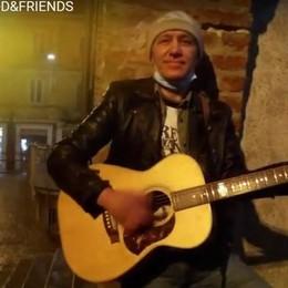 Melegnano, il pizzaiolo Tony imbraccia la chitarra e le canta ai politici
