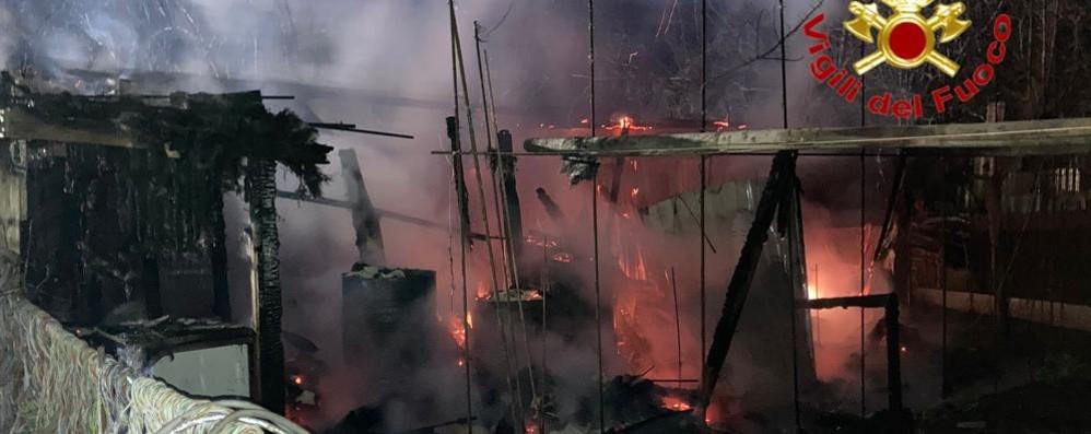 San Martino, brucia il capanno di un orto di fianco alla ferrovia