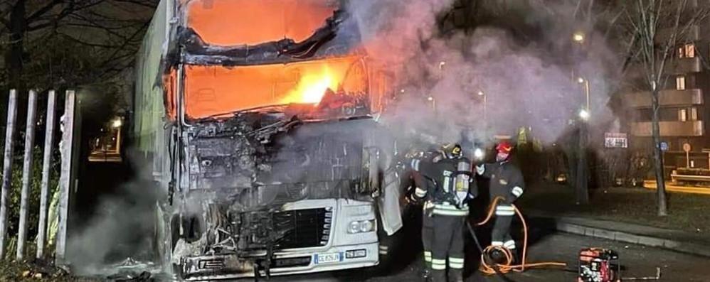 SAN DONATO Camion a fuoco, si indaga