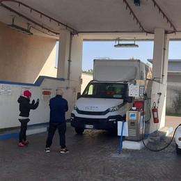 """Caro carburante: anche il metano è alle stelle, ma c'è il """"caso"""" di viale Milano a Lodi"""