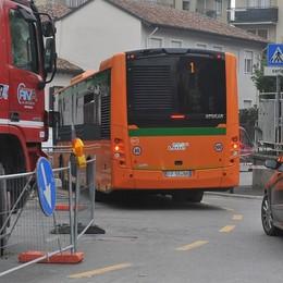 LODI Due mesi di cantiere in via Serravalle: per auto, bus e pedoni un'odissea quotidiana