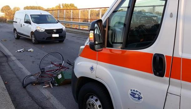 Un 75enne in bicicletta travolto sul cavalcavia dell'A1 a Melegnano. Il video con l'elicottero del 118