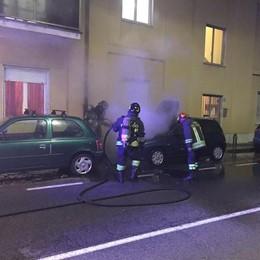 MELEGNANO Un'auto avvolta dalle fiamme, paura nel quartiere Borgo