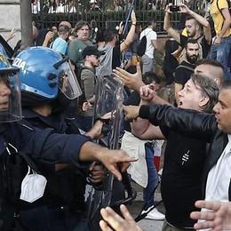Violenti scontri a Roma per la manifestazione no green pass, assaltata la sede Cgil