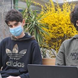 """Al Gandini, banchi in cortile per """"protesta"""":  questa mattina iniziativa no Dad al liceo VIDEO"""