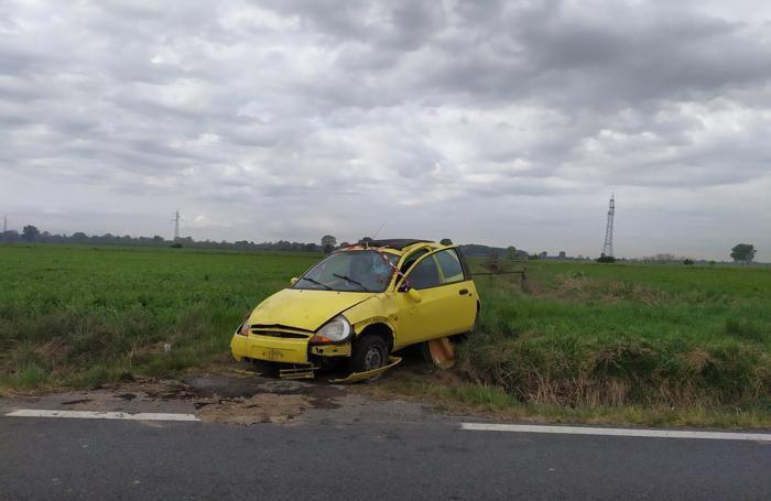 L'auto sul ciglio della provinciale dopo essere stata recuperata dai vigili del fuoco (Agosti)
