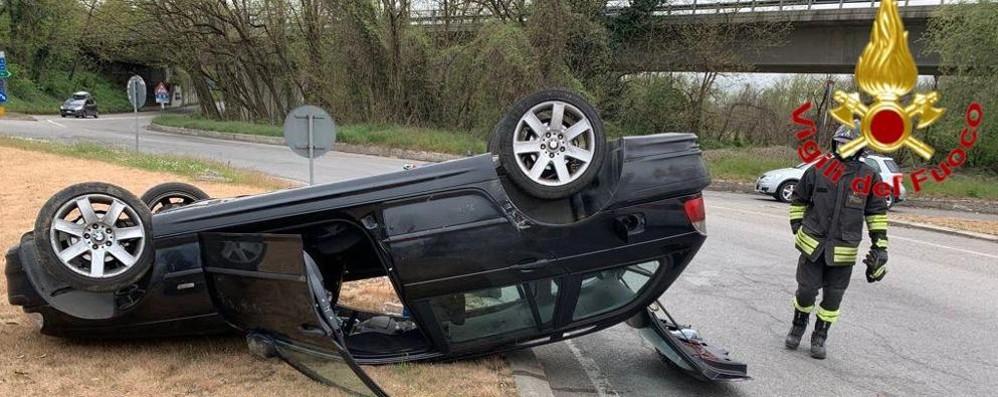 Auto si ribalta all'ingresso di Sant'Angelo, due i feriti