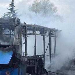 Bus di studenti dirottato e incendiato sulla Paullese a San Donato: pena ridotta a 19 anni