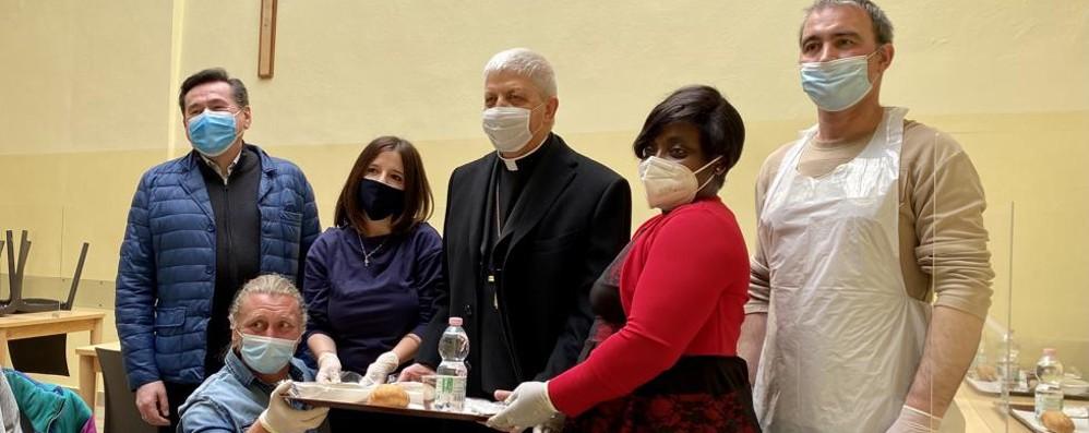 CHIESA Dopo la messa di Pasqua il vescovo di Lodi alla mensa della Caritas