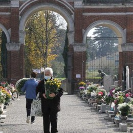 Cittadini al cimitero fuori orario, il sindaco lancia un ultimatum