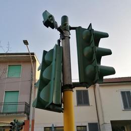 Da una settimana semaforo appeso a un filo
