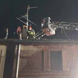 Graffignana, fiamme dal tetto di una cascina