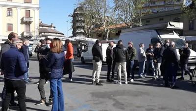 Il presidio degli ambulanti in piazza Matteotti a Melegnano