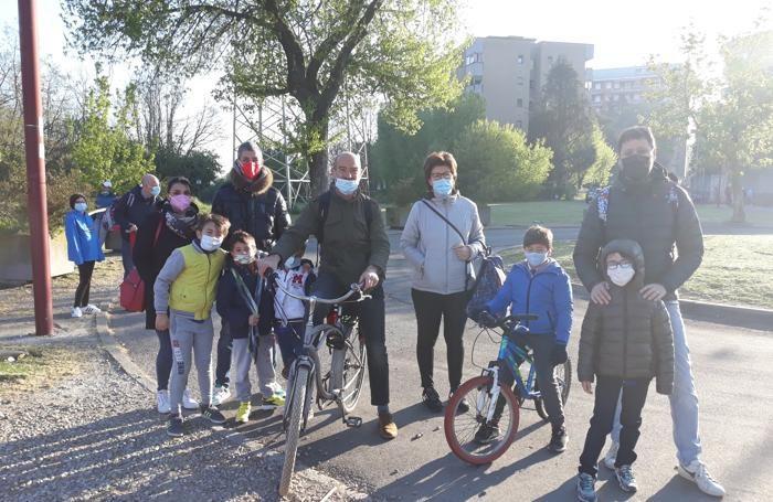 Bimbi e genitori stamattina di fronte alla primaria di viale Lazio a Melegnano (Cornalba)