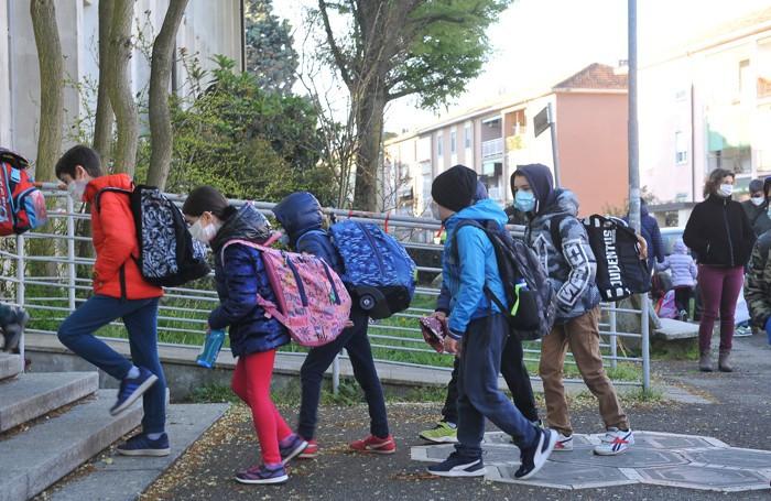 Bambini all'ingresso della don Gnocchi (Ribolini)